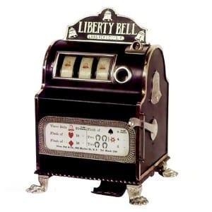 """I 1897, Charles Fey, en tysk invandrer til USA, laget det vi kjenner som den første spilleautomaten. Nemlig """"Liberty Bell""""."""